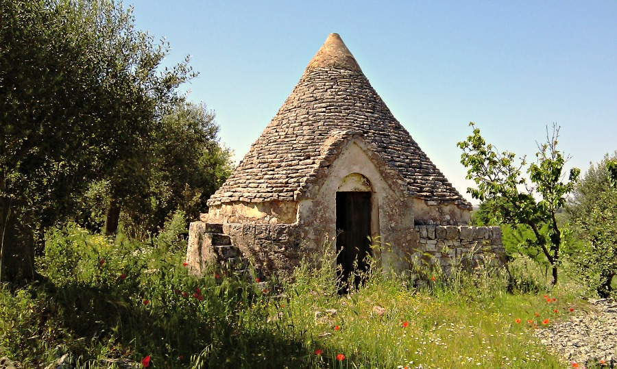 Abandoned trullo near Castellana Grotte